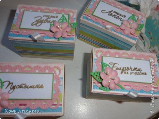 Это то же моя вторая работа - мамины сокровища. Тканевая шкатулочка с коробочкам для хранения воспоминаний о малышке.Цветочки рукодельные, эммбосинг, чипборд, вырубка ленты и помпошки. фото 5