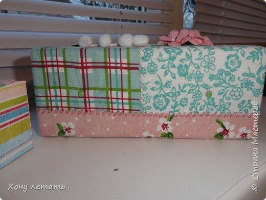 Это то же моя вторая работа - мамины сокровища. Тканевая шкатулочка с коробочкам для хранения воспоминаний о малышке.Цветочки рукодельные, эммбосинг, чипборд, вырубка ленты и помпошки. фото 6