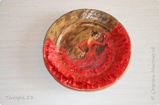 Подобных тарелок в интернете много, уж очень интересная идея. Правую тарелку делала по МК http://stranamasterov.ru/node/360387, левую по аналогии. фото 2
