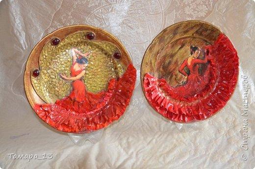 Подобных тарелок в интернете много, уж очень интересная идея. Правую тарелку делала по МК http://stranamasterov.ru/node/360387, левую по аналогии. фото 1