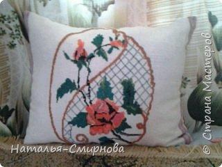 Добрый вечер! Сегодня хочу показать пару подушек, которые делала родным. Эту подушку с  георгинами вышивала два года назад мужу на день рождения. Работа, конечно, не идеальная, но  муж сюрпризом был доволен ))) фото 3