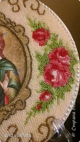 Это первый опыт  работы бисером,сегодня закончила.Клеила его на дерево. В центре лик святой Екатерины.Нарисовала карандашом рамочку. По бокам приклеила салфетку. А по верху и низу нарисовала завитушки.Затем все мазала неразбавленным  клеем ПВА и ложила бисер фото 3