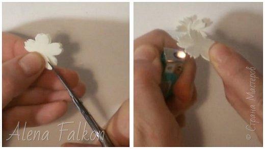 Хочу поделиться с вами своим способом изготовления миниатюрных ромашек из фоамирана. Диаметр такого цветка около 1.5 см. Они очень мило смотрятся на небольших украшениях. Так же я использовала такие ромашки в декоре фоторамок.   Для изготовления понадобится: - фоамиран белого и желтого цвета - дырокол пятилистник (ниже будет его фото) 1.5 см - суперклей - ножницы - проволока №20 в бумажной оплетке. Или любая другая тонкая проволока обмотанная гофро-бумагой или тейп-лентой. - зажигалка (в данном случае утюг не понадобится) - около 10-15 минут времени на одну ромашку фото 7