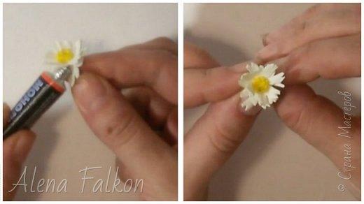 Хочу поделиться с вами своим способом изготовления миниатюрных ромашек из фоамирана. Диаметр такого цветка около 1.5 см. Они очень мило смотрятся на небольших украшениях. Так же я использовала такие ромашки в декоре фоторамок.   Для изготовления понадобится: - фоамиран белого и желтого цвета - дырокол пятилистник (ниже будет его фото) 1.5 см - суперклей - ножницы - проволока №20 в бумажной оплетке. Или любая другая тонкая проволока обмотанная гофро-бумагой или тейп-лентой. - зажигалка (в данном случае утюг не понадобится) - около 10-15 минут времени на одну ромашку фото 9