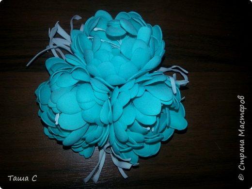 Голубой и белый фоамиран, белые тычинки, дырокол форма цветок, горячий утюг! фото 1