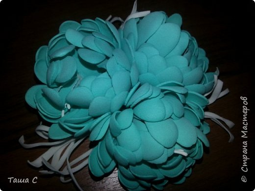 Голубой и белый фоамиран, белые тычинки, дырокол форма цветок, горячий утюг! фото 2
