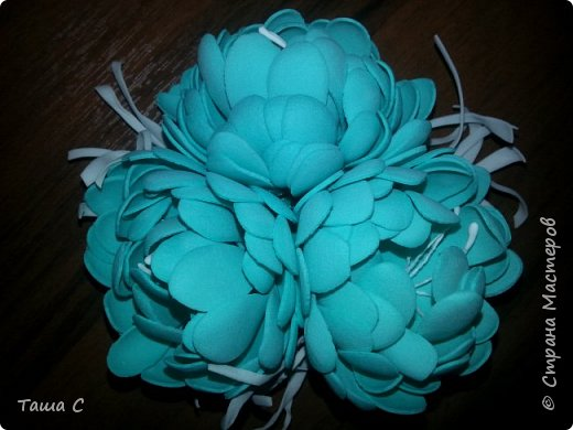 Голубой и белый фоамиран, белые тычинки, дырокол форма цветок, горячий утюг! фото 3
