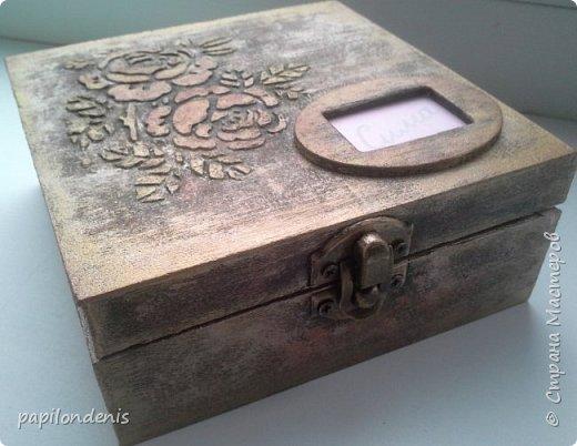Из соображений долговечности решила свои сокровищницы сделать из готовых фанерных коробочек. Крышка - на петлях и замочке. Полностью готова только одна коробочка из трёх - девчачья. фото 2