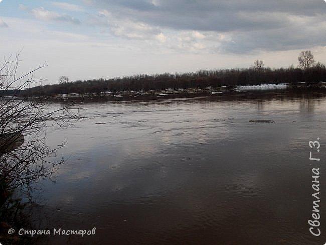 Я живу на Вятке,у нас очень красивая природа.Наш посёлок окружен с двух сторон реками Вятка и Медянка,а с двух сторон лес.У нас красиво в любое время года,вот и сейчас весной всё оживает!Немного опоздала с репортажем,лёд почти прошел,но кое что удалось заснять.Предлагаю просмотреть несколько фото.  фото 7