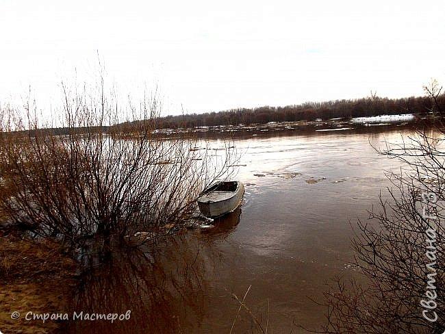 Я живу на Вятке,у нас очень красивая природа.Наш посёлок окружен с двух сторон реками Вятка и Медянка,а с двух сторон лес.У нас красиво в любое время года,вот и сейчас весной всё оживает!Немного опоздала с репортажем,лёд почти прошел,но кое что удалось заснять.Предлагаю просмотреть несколько фото.  фото 11