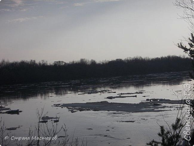 Я живу на Вятке,у нас очень красивая природа.Наш посёлок окружен с двух сторон реками Вятка и Медянка,а с двух сторон лес.У нас красиво в любое время года,вот и сейчас весной всё оживает!Немного опоздала с репортажем,лёд почти прошел,но кое что удалось заснять.Предлагаю просмотреть несколько фото.  фото 2
