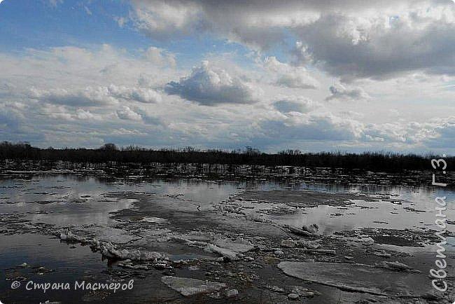 Я живу на Вятке,у нас очень красивая природа.Наш посёлок окружен с двух сторон реками Вятка и Медянка,а с двух сторон лес.У нас красиво в любое время года,вот и сейчас весной всё оживает!Немного опоздала с репортажем,лёд почти прошел,но кое что удалось заснять.Предлагаю просмотреть несколько фото.  фото 1
