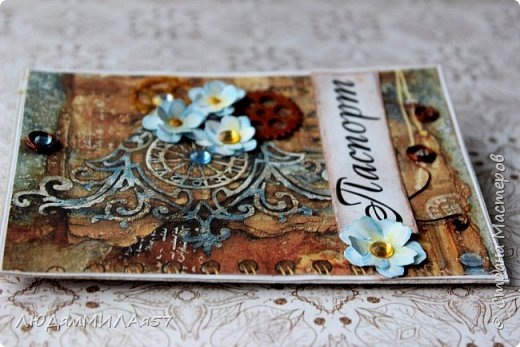 Всем здравствуйте!Вот такую открытку я сделала в прошлом году,а вспомнила о ней и решила показать вам,т.к. моя коллега,тоже очень творческий человек,призналась.что ей нравится эта открытка и стиль Стимпанк и хочется ей обложечку на паспорт в похожем стиле.Сотворила я обложку и решила вам показать её и открытку-вдохновительницу заодно. фото 10