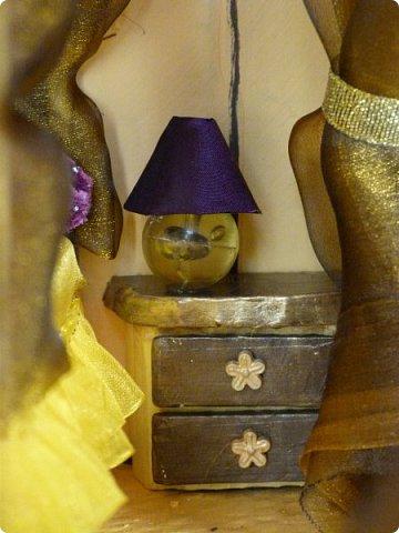 Приветствую, Вас жители СМ!!! Выношу на ваше обсуждение ,свой очередной кукольный домик.Я уже делала два кукольных домика,из прошлого опыта учла некоторые не доработки и теперь учитывая ошибки прошлого сделала новый дом. Кому интересно ,можете посмотреть мои предыдущие работы по этой ссылке http://stranamasterov.ru/node/912503 Осталась коробка от метровых обоев из которой я и решила построить этот дом.С коробки вышло четыре этажа,мне показалось этого мало и поэтому я добавила еще одну коробку сделав с нее мансарду .Вес дом и каркас мебели в нем полностью из картона.Дом с снаружи и в внутри раскрашивала латексной краской.Мебель красила тоже ею кое где добавляла жидкое золото. фото 23