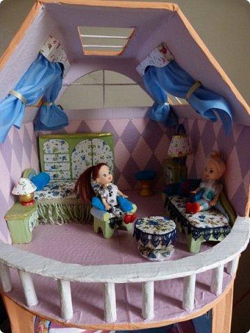 Приветствую, Вас жители СМ!!! Выношу на ваше обсуждение ,свой очередной кукольный домик.Я уже делала два кукольных домика,из прошлого опыта учла некоторые не доработки и теперь учитывая ошибки прошлого сделала новый дом. Кому интересно ,можете посмотреть мои предыдущие работы по этой ссылке http://stranamasterov.ru/node/912503 Осталась коробка от метровых обоев из которой я и решила построить этот дом.С коробки вышло четыре этажа,мне показалось этого мало и поэтому я добавила еще одну коробку сделав с нее мансарду .Вес дом и каркас мебели в нем полностью из картона.Дом с снаружи и в внутри раскрашивала латексной краской.Мебель красила тоже ею кое где добавляла жидкое золото. фото 40
