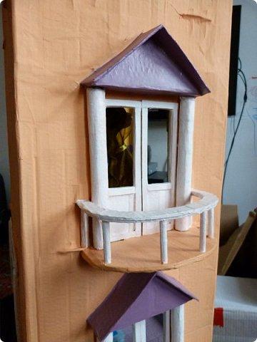 Приветствую, Вас жители СМ!!! Выношу на ваше обсуждение ,свой очередной кукольный домик.Я уже делала два кукольных домика,из прошлого опыта учла некоторые не доработки и теперь учитывая ошибки прошлого сделала новый дом. Кому интересно ,можете посмотреть мои предыдущие работы по этой ссылке http://stranamasterov.ru/node/912503 Осталась коробка от метровых обоев из которой я и решила построить этот дом.С коробки вышло четыре этажа,мне показалось этого мало и поэтому я добавила еще одну коробку сделав с нее мансарду .Вес дом и каркас мебели в нем полностью из картона.Дом с снаружи и в внутри раскрашивала латексной краской.Мебель красила тоже ею кое где добавляла жидкое золото. фото 2