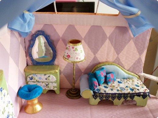 Приветствую, Вас жители СМ!!! Выношу на ваше обсуждение ,свой очередной кукольный домик.Я уже делала два кукольных домика,из прошлого опыта учла некоторые не доработки и теперь учитывая ошибки прошлого сделала новый дом. Кому интересно ,можете посмотреть мои предыдущие работы по этой ссылке http://stranamasterov.ru/node/912503 Осталась коробка от метровых обоев из которой я и решила построить этот дом.С коробки вышло четыре этажа,мне показалось этого мало и поэтому я добавила еще одну коробку сделав с нее мансарду .Вес дом и каркас мебели в нем полностью из картона.Дом с снаружи и в внутри раскрашивала латексной краской.Мебель красила тоже ею кое где добавляла жидкое золото. фото 7