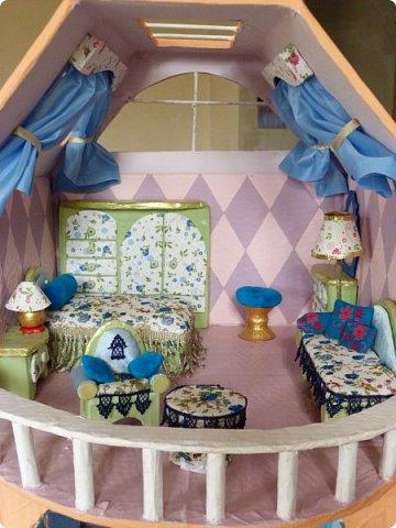 Приветствую, Вас жители СМ!!! Выношу на ваше обсуждение ,свой очередной кукольный домик.Я уже делала два кукольных домика,из прошлого опыта учла некоторые не доработки и теперь учитывая ошибки прошлого сделала новый дом. Кому интересно ,можете посмотреть мои предыдущие работы по этой ссылке http://stranamasterov.ru/node/912503 Осталась коробка от метровых обоев из которой я и решила построить этот дом.С коробки вышло четыре этажа,мне показалось этого мало и поэтому я добавила еще одну коробку сделав с нее мансарду .Вес дом и каркас мебели в нем полностью из картона.Дом с снаружи и в внутри раскрашивала латексной краской.Мебель красила тоже ею кое где добавляла жидкое золото. фото 4