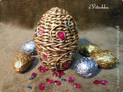 Сегодня я с яйцом-шкатулкой (плетение из бумаги) и яйцами из папье-маше. фото 1