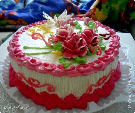 Мой первый печальный опыт с белковым заварным кремом. Еле украсила торт. Думала сойду с ума..)) В итоге розы пришлось делать из масляного, потому как белковые были ужасными фото 1