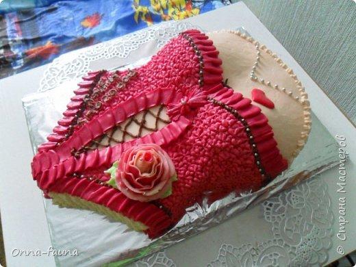Мой первый печальный опыт с белковым заварным кремом. Еле украсила торт. Думала сойду с ума..)) В итоге розы пришлось делать из масляного, потому как белковые были ужасными фото 5