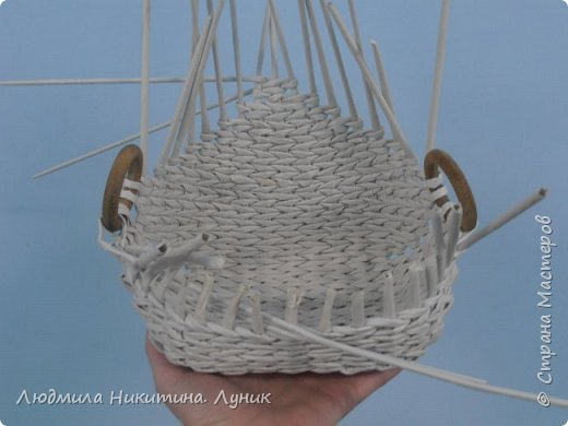 Привет Страна! Выполняю просьбу мастериц - выкладываю поэтапно плетение новой формы. Сразу оговорюсь, что размеры могут быть какими вам угодно. Это может быть даже большая напольная корзина.   фото 26