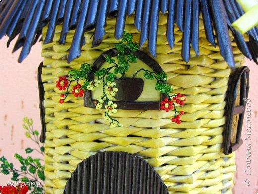 """Мельничку делала по МК Лилии (  http://stranamasterov.ru/node/349187  ), крышу по МК Татьяны ( http://stranamasterov.ru/node/729415 ). Девочки, спасибо Вам огромное!!! Цветы и зелень из бисера. Все детальки соломенного цвета - морилка """"лиственница"""", зеленая """"травка"""" вокруг мельницы - гуашь зеленого цвета, все элементы коричневого цвета - колер коричневый с черным для акриловых красок """"Снежка"""", смешанный с клеем ПВА и водой. Сверху все покрыла акриловым паркетным лаком. Забыла сфотографировать донышко мельницы. Чтобы сделать его жестким. я подклеила по всей площади плотный гафрированый картон. оклеила его обоями и покрасила в коричневый цвет. Еще сделала ножки из свернутых кружочками бумажных трубочек. фото 3"""