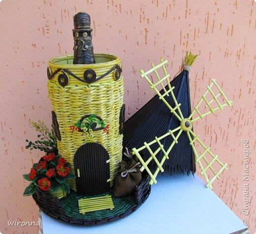 """Мельничку делала по МК Лилии (  http://stranamasterov.ru/node/349187  ), крышу по МК Татьяны ( http://stranamasterov.ru/node/729415 ). Девочки, спасибо Вам огромное!!! Цветы и зелень из бисера. Все детальки соломенного цвета - морилка """"лиственница"""", зеленая """"травка"""" вокруг мельницы - гуашь зеленого цвета, все элементы коричневого цвета - колер коричневый с черным для акриловых красок """"Снежка"""", смешанный с клеем ПВА и водой. Сверху все покрыла акриловым паркетным лаком. Забыла сфотографировать донышко мельницы. Чтобы сделать его жестким. я подклеила по всей площади плотный гафрированый картон. оклеила его обоями и покрасила в коричневый цвет. Еще сделала ножки из свернутых кружочками бумажных трубочек. фото 7"""