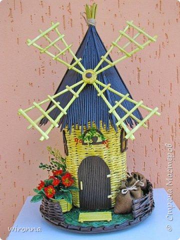 """Мельничку делала по МК Лилии (  http://stranamasterov.ru/node/349187  ), крышу по МК Татьяны ( http://stranamasterov.ru/node/729415 ). Девочки, спасибо Вам огромное!!! Цветы и зелень из бисера. Все детальки соломенного цвета - морилка """"лиственница"""", зеленая """"травка"""" вокруг мельницы - гуашь зеленого цвета, все элементы коричневого цвета - колер коричневый с черным для акриловых красок """"Снежка"""", смешанный с клеем ПВА и водой. Сверху все покрыла акриловым паркетным лаком. Забыла сфотографировать донышко мельницы. Чтобы сделать его жестким. я подклеила по всей площади плотный гафрированый картон. оклеила его обоями и покрасила в коричневый цвет. Еще сделала ножки из свернутых кружочками бумажных трубочек. фото 1"""
