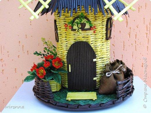 """Мельничку делала по МК Лилии (  http://stranamasterov.ru/node/349187  ), крышу по МК Татьяны ( http://stranamasterov.ru/node/729415 ). Девочки, спасибо Вам огромное!!! Цветы и зелень из бисера. Все детальки соломенного цвета - морилка """"лиственница"""", зеленая """"травка"""" вокруг мельницы - гуашь зеленого цвета, все элементы коричневого цвета - колер коричневый с черным для акриловых красок """"Снежка"""", смешанный с клеем ПВА и водой. Сверху все покрыла акриловым паркетным лаком. Забыла сфотографировать донышко мельницы. Чтобы сделать его жестким. я подклеила по всей площади плотный гафрированый картон. оклеила его обоями и покрасила в коричневый цвет. Еще сделала ножки из свернутых кружочками бумажных трубочек. фото 2"""