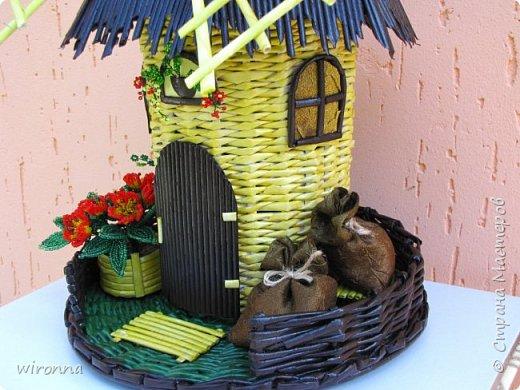 """Мельничку делала по МК Лилии (  http://stranamasterov.ru/node/349187  ), крышу по МК Татьяны ( http://stranamasterov.ru/node/729415 ). Девочки, спасибо Вам огромное!!! Цветы и зелень из бисера. Все детальки соломенного цвета - морилка """"лиственница"""", зеленая """"травка"""" вокруг мельницы - гуашь зеленого цвета, все элементы коричневого цвета - колер коричневый с черным для акриловых красок """"Снежка"""", смешанный с клеем ПВА и водой. Сверху все покрыла акриловым паркетным лаком. Забыла сфотографировать донышко мельницы. Чтобы сделать его жестким. я подклеила по всей площади плотный гафрированый картон. оклеила его обоями и покрасила в коричневый цвет. Еще сделала ножки из свернутых кружочками бумажных трубочек. фото 6"""