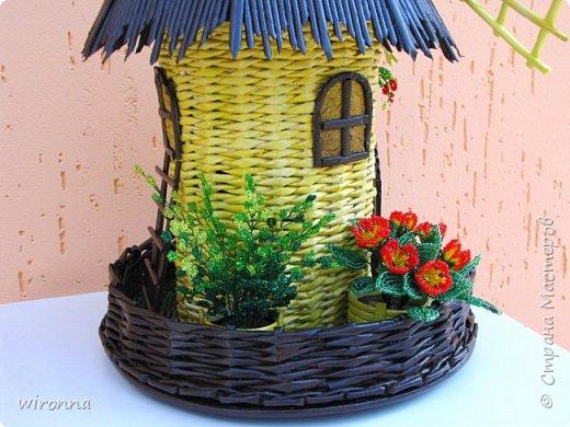 """Мельничку делала по МК Лилии (  http://stranamasterov.ru/node/349187  ), крышу по МК Татьяны ( http://stranamasterov.ru/node/729415 ). Девочки, спасибо Вам огромное!!! Цветы и зелень из бисера. Все детальки соломенного цвета - морилка """"лиственница"""", зеленая """"травка"""" вокруг мельницы - гуашь зеленого цвета, все элементы коричневого цвета - колер коричневый с черным для акриловых красок """"Снежка"""", смешанный с клеем ПВА и водой. Сверху все покрыла акриловым паркетным лаком. Забыла сфотографировать донышко мельницы. Чтобы сделать его жестким. я подклеила по всей площади плотный гафрированый картон. оклеила его обоями и покрасила в коричневый цвет. Еще сделала ножки из свернутых кружочками бумажных трубочек. фото 4"""