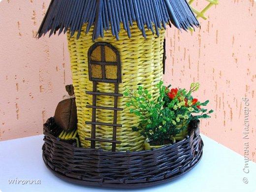 """Мельничку делала по МК Лилии (  http://stranamasterov.ru/node/349187  ), крышу по МК Татьяны ( http://stranamasterov.ru/node/729415 ). Девочки, спасибо Вам огромное!!! Цветы и зелень из бисера. Все детальки соломенного цвета - морилка """"лиственница"""", зеленая """"травка"""" вокруг мельницы - гуашь зеленого цвета, все элементы коричневого цвета - колер коричневый с черным для акриловых красок """"Снежка"""", смешанный с клеем ПВА и водой. Сверху все покрыла акриловым паркетным лаком. Забыла сфотографировать донышко мельницы. Чтобы сделать его жестким. я подклеила по всей площади плотный гафрированый картон. оклеила его обоями и покрасила в коричневый цвет. Еще сделала ножки из свернутых кружочками бумажных трубочек. фото 5"""