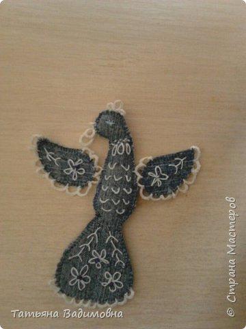 В одном из блогов объявили совместный пошив птиц из фетра. Но в тот момент я увлеченно перекраивала джинсы в разные нужные (и не очень) штучки. В результате у учениц-школьниц появились подушки, органайзеры и прочее. Ну а у меня появились джинсовые птички. Обрезки жалко было выкидывать) фото 5