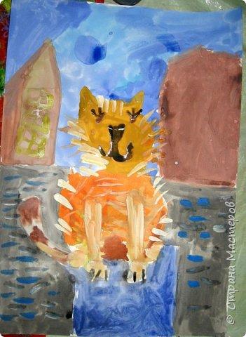 С учениками  (5-6 лет) рисовали кошек и собак разными материалами, вот результаты нашего творчества.  Первая работа моя, дальше детские, использовали для работы гуашь, шторы отпечатывали подложкой от продуктовой нарезки, произвольно рисовали на ней линии, наносили краску и делали отпечаток (можно использовать кусочки тюли или кружева). фото 12