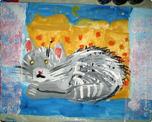 С учениками  (5-6 лет) рисовали кошек и собак разными материалами, вот результаты нашего творчества.  Первая работа моя, дальше детские, использовали для работы гуашь, шторы отпечатывали подложкой от продуктовой нарезки, произвольно рисовали на ней линии, наносили краску и делали отпечаток (можно использовать кусочки тюли или кружева). фото 3