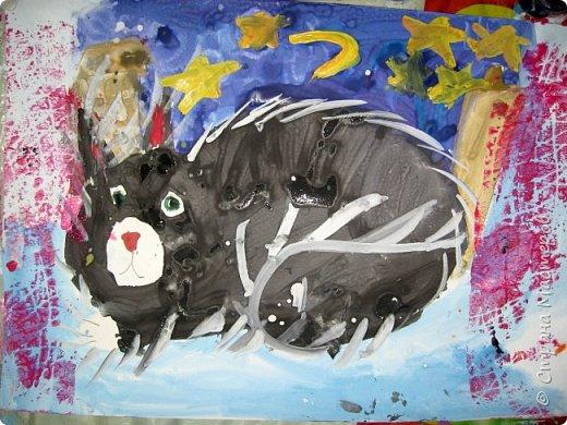 С учениками  (5-6 лет) рисовали кошек и собак разными материалами, вот результаты нашего творчества.  Первая работа моя, дальше детские, использовали для работы гуашь, шторы отпечатывали подложкой от продуктовой нарезки, произвольно рисовали на ней линии, наносили краску и делали отпечаток (можно использовать кусочки тюли или кружева). фото 4
