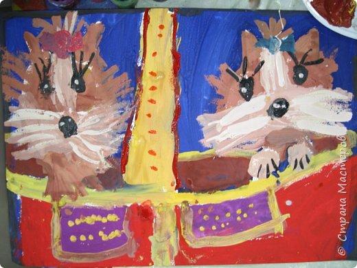 С учениками  (5-6 лет) рисовали кошек и собак разными материалами, вот результаты нашего творчества.  Первая работа моя, дальше детские, использовали для работы гуашь, шторы отпечатывали подложкой от продуктовой нарезки, произвольно рисовали на ней линии, наносили краску и делали отпечаток (можно использовать кусочки тюли или кружева). фото 14
