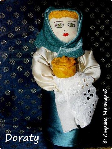 """Приветствую вас мои дорогие! Сегодня я к вам с историями и традициями! В детском садике в группе моей дочери есть музей Хлеба. А тут объявили конкурс под названием """"Традиционная кукла"""" . С воспитателем обговорили эту тему и решили , что в музее будет неплохо смотреться русская красавица. Ну а так как музей Хлеба  у меня родилась идея соединить красавицу с русской традицией встречать гостей хлебом солью. Кукла придумалась и сотворилась достаточно быстро. А меня заинтересовало, а как называется хлеб у разных народов .  На Земле 257 стран и у каждой свои хлебные традиции, свой Хлеб.  В России хлеба всегда ели много и сортов хлебобулочных изделий не сосчитать! Формовой, подовый, булки, саечки, калачи, баранки-бублики.  Какой же хлеб пекут в разных странах?  Предлагаю  Вам вспомнить некоторые из них. Традиционный хлеб в Казахстане считаются  баурсаки — жаренные в кипящем масле в казане круглые или квадратные кусочки теста, тандырные лепешки — печённые на внутренней стороне тандырной печи и шелпек— лепешки, которые жарятся в кипящем масле. В  Армении  тонкий лаваш. Грузинский национальный хлеб - тонис-пури,  узбекские лепешки гижда, пулаты, оби-нон. Таджикские лепешки чаботы, нони-рагвани, лаззат, туркменские лепешки кулче,  киргизские лепешки чуй-нан, комоч-нан.  В Италии несколько типов хлебов:  фокачча, микетта, розетта, банана, чиабатта, чирьола,  феррарезе.   В Израиле делают сдобный хлеб в виде косички. Называется он хала.   В Турции кушают симит. Это хрустящий, тонкий бублик, обильно посыпанный кунжутом.  В Финляндии готовится рейкялейпя.  Пумперникель печется в Германии.  Во Франции пекут сладкую булочку бриош.  В Словакии любая трапеза не может обойтись без лангоша. В Индии знаменит плоский  хлеб – наан.  Вот какое многообразие и это лишь  малая часть перечисленного. А сколько сказок, обычаев, примет, поверий , посвященных хлебу.           фото 2"""