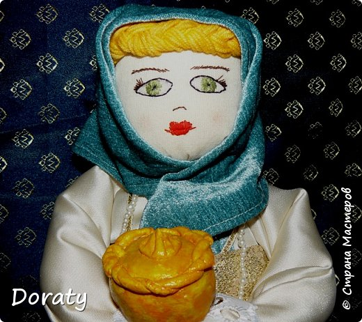 """Приветствую вас мои дорогие! Сегодня я к вам с историями и традициями! В детском садике в группе моей дочери есть музей Хлеба. А тут объявили конкурс под названием """"Традиционная кукла"""" . С воспитателем обговорили эту тему и решили , что в музее будет неплохо смотреться русская красавица. Ну а так как музей Хлеба  у меня родилась идея соединить красавицу с русской традицией встречать гостей хлебом солью. Кукла придумалась и сотворилась достаточно быстро. А меня заинтересовало, а как называется хлеб у разных народов .  На Земле 257 стран и у каждой свои хлебные традиции, свой Хлеб.  В России хлеба всегда ели много и сортов хлебобулочных изделий не сосчитать! Формовой, подовый, булки, саечки, калачи, баранки-бублики.  Какой же хлеб пекут в разных странах?  Предлагаю  Вам вспомнить некоторые из них. Традиционный хлеб в Казахстане считаются  баурсаки — жаренные в кипящем масле в казане круглые или квадратные кусочки теста, тандырные лепешки — печённые на внутренней стороне тандырной печи и шелпек— лепешки, которые жарятся в кипящем масле. В  Армении  тонкий лаваш. Грузинский национальный хлеб - тонис-пури,  узбекские лепешки гижда, пулаты, оби-нон. Таджикские лепешки чаботы, нони-рагвани, лаззат, туркменские лепешки кулче,  киргизские лепешки чуй-нан, комоч-нан.  В Италии несколько типов хлебов:  фокачча, микетта, розетта, банана, чиабатта, чирьола,  феррарезе.   В Израиле делают сдобный хлеб в виде косички. Называется он хала.   В Турции кушают симит. Это хрустящий, тонкий бублик, обильно посыпанный кунжутом.  В Финляндии готовится рейкялейпя.  Пумперникель печется в Германии.  Во Франции пекут сладкую булочку бриош.  В Словакии любая трапеза не может обойтись без лангоша. В Индии знаменит плоский  хлеб – наан.  Вот какое многообразие и это лишь  малая часть перечисленного. А сколько сказок, обычаев, примет, поверий , посвященных хлебу.           фото 1"""