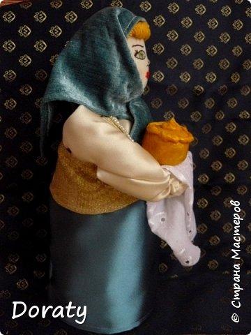 """Приветствую вас мои дорогие! Сегодня я к вам с историями и традициями! В детском садике в группе моей дочери есть музей Хлеба. А тут объявили конкурс под названием """"Традиционная кукла"""" . С воспитателем обговорили эту тему и решили , что в музее будет неплохо смотреться русская красавица. Ну а так как музей Хлеба  у меня родилась идея соединить красавицу с русской традицией встречать гостей хлебом солью. Кукла придумалась и сотворилась достаточно быстро. А меня заинтересовало, а как называется хлеб у разных народов .  На Земле 257 стран и у каждой свои хлебные традиции, свой Хлеб.  В России хлеба всегда ели много и сортов хлебобулочных изделий не сосчитать! Формовой, подовый, булки, саечки, калачи, баранки-бублики.  Какой же хлеб пекут в разных странах?  Предлагаю  Вам вспомнить некоторые из них. Традиционный хлеб в Казахстане считаются  баурсаки — жаренные в кипящем масле в казане круглые или квадратные кусочки теста, тандырные лепешки — печённые на внутренней стороне тандырной печи и шелпек— лепешки, которые жарятся в кипящем масле. В  Армении  тонкий лаваш. Грузинский национальный хлеб - тонис-пури,  узбекские лепешки гижда, пулаты, оби-нон. Таджикские лепешки чаботы, нони-рагвани, лаззат, туркменские лепешки кулче,  киргизские лепешки чуй-нан, комоч-нан.  В Италии несколько типов хлебов:  фокачча, микетта, розетта, банана, чиабатта, чирьола,  феррарезе.   В Израиле делают сдобный хлеб в виде косички. Называется он хала.   В Турции кушают симит. Это хрустящий, тонкий бублик, обильно посыпанный кунжутом.  В Финляндии готовится рейкялейпя.  Пумперникель печется в Германии.  Во Франции пекут сладкую булочку бриош.  В Словакии любая трапеза не может обойтись без лангоша. В Индии знаменит плоский  хлеб – наан.  Вот какое многообразие и это лишь  малая часть перечисленного. А сколько сказок, обычаев, примет, поверий , посвященных хлебу.           фото 3"""