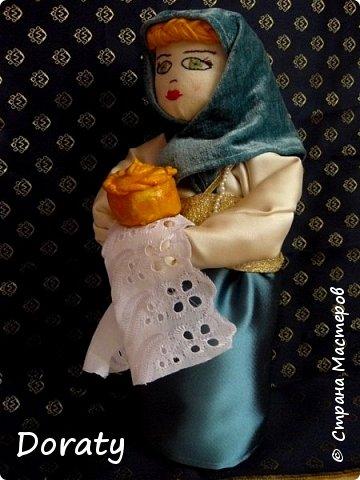 """Приветствую вас мои дорогие! Сегодня я к вам с историями и традициями! В детском садике в группе моей дочери есть музей Хлеба. А тут объявили конкурс под названием """"Традиционная кукла"""" . С воспитателем обговорили эту тему и решили , что в музее будет неплохо смотреться русская красавица. Ну а так как музей Хлеба  у меня родилась идея соединить красавицу с русской традицией встречать гостей хлебом солью. Кукла придумалась и сотворилась достаточно быстро. А меня заинтересовало, а как называется хлеб у разных народов .  На Земле 257 стран и у каждой свои хлебные традиции, свой Хлеб.  В России хлеба всегда ели много и сортов хлебобулочных изделий не сосчитать! Формовой, подовый, булки, саечки, калачи, баранки-бублики.  Какой же хлеб пекут в разных странах?  Предлагаю  Вам вспомнить некоторые из них. Традиционный хлеб в Казахстане считаются  баурсаки — жаренные в кипящем масле в казане круглые или квадратные кусочки теста, тандырные лепешки — печённые на внутренней стороне тандырной печи и шелпек— лепешки, которые жарятся в кипящем масле. В  Армении  тонкий лаваш. Грузинский национальный хлеб - тонис-пури,  узбекские лепешки гижда, пулаты, оби-нон. Таджикские лепешки чаботы, нони-рагвани, лаззат, туркменские лепешки кулче,  киргизские лепешки чуй-нан, комоч-нан.  В Италии несколько типов хлебов:  фокачча, микетта, розетта, банана, чиабатта, чирьола,  феррарезе.   В Израиле делают сдобный хлеб в виде косички. Называется он хала.   В Турции кушают симит. Это хрустящий, тонкий бублик, обильно посыпанный кунжутом.  В Финляндии готовится рейкялейпя.  Пумперникель печется в Германии.  Во Франции пекут сладкую булочку бриош.  В Словакии любая трапеза не может обойтись без лангоша. В Индии знаменит плоский  хлеб – наан.  Вот какое многообразие и это лишь  малая часть перечисленного. А сколько сказок, обычаев, примет, поверий , посвященных хлебу.           фото 4"""