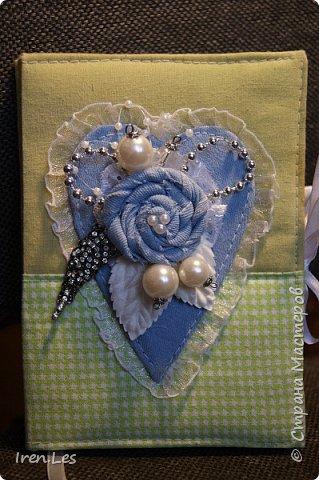 Привет всем жителям Страны. Сотворила на досуге блокнот. Полностью сделан вручную. Мягкая обложка. Коптский переплет. Размер 16*11. 60 листов. Есть закладка и завязки. Сердце и самодельный цветок из голубой джинсы. фото 1