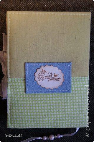 Привет всем жителям Страны. Сотворила на досуге блокнот. Полностью сделан вручную. Мягкая обложка. Коптский переплет. Размер 16*11. 60 листов. Есть закладка и завязки. Сердце и самодельный цветок из голубой джинсы. фото 3