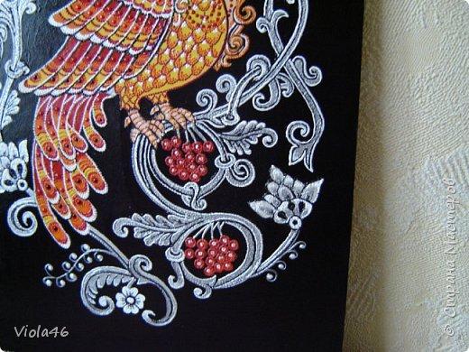 Рисовала на грунтованном картоне 30х40 см, точечной росписью и акриловыми красками. Сирин - райская птица в славянской мифологии. Ее называют иногда птицей печали. В средневековых русских легендах Сирин однозначно считается райской птицей, которая иногда прилетает на землю и поет вещие песни о грядущем блаженстве, но иногда эти песни могут оказаться вредными для человека (можно потерять рассудок). Голос Сирина прекрасен настолько, что даже боги, услышав его, с трудом могут отвлечься на что-то другое. Именно из-за пения Сирина по легенде пропал молодой Купала.  фото 4