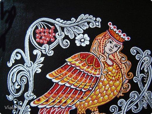 Рисовала на грунтованном картоне 30х40 см, точечной росписью и акриловыми красками. Сирин - райская птица в славянской мифологии. Ее называют иногда птицей печали. В средневековых русских легендах Сирин однозначно считается райской птицей, которая иногда прилетает на землю и поет вещие песни о грядущем блаженстве, но иногда эти песни могут оказаться вредными для человека (можно потерять рассудок). Голос Сирина прекрасен настолько, что даже боги, услышав его, с трудом могут отвлечься на что-то другое. Именно из-за пения Сирина по легенде пропал молодой Купала.  фото 3