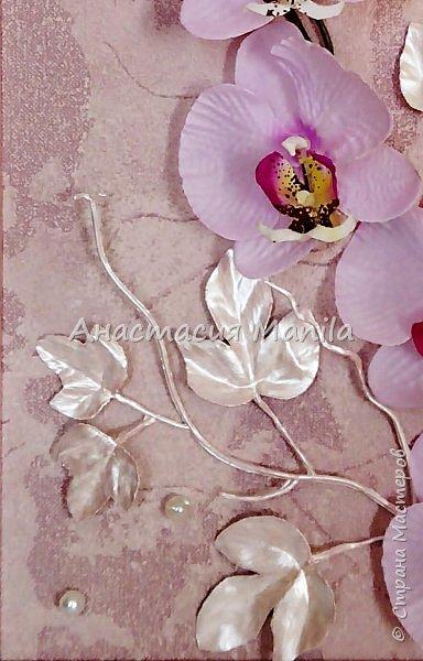 Всем привет! На днях сделала вот такое объемное панно с искусственной орхидей. Панно выполнено в нежно-розовых тонах. Деревянная рамочка покрыта эмалью и перламутрово-розовым акрилом, затем акриловым лаком. Фон бархатистый с эффектом мокрой штукатурки. Декоративные листики окрашены в тон рамочке. Так же использовала акриловые перламутровые бусины и жемчужные бусины, марблс.  В целом панно очень нежное и ласкающее взгляд. Надеюсь вам понравится)) фото 3