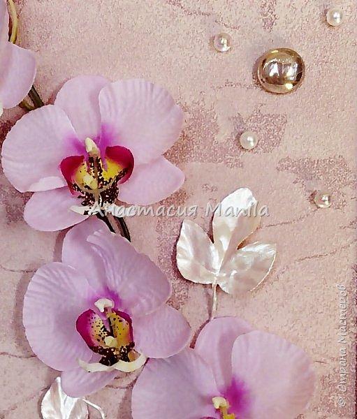 Всем привет! На днях сделала вот такое объемное панно с искусственной орхидей. Панно выполнено в нежно-розовых тонах. Деревянная рамочка покрыта эмалью и перламутрово-розовым акрилом, затем акриловым лаком. Фон бархатистый с эффектом мокрой штукатурки. Декоративные листики окрашены в тон рамочке. Так же использовала акриловые перламутровые бусины и жемчужные бусины, марблс.  В целом панно очень нежное и ласкающее взгляд. Надеюсь вам понравится)) фото 4