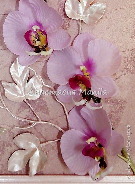 Всем привет! На днях сделала вот такое объемное панно с искусственной орхидей. Панно выполнено в нежно-розовых тонах. Деревянная рамочка покрыта эмалью и перламутрово-розовым акрилом, затем акриловым лаком. Фон бархатистый с эффектом мокрой штукатурки. Декоративные листики окрашены в тон рамочке. Так же использовала акриловые перламутровые бусины и жемчужные бусины, марблс.  В целом панно очень нежное и ласкающее взгляд. Надеюсь вам понравится)) фото 5