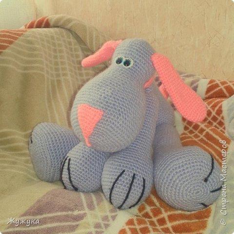"""Оттачиваю навыки вязания игрушек крючком. Нашла на просторах интернета такого песика и решила: """"А почему бы и нет?"""" Села и связала. Теперь сон моей малышки охраняет верный друг Татошка."""